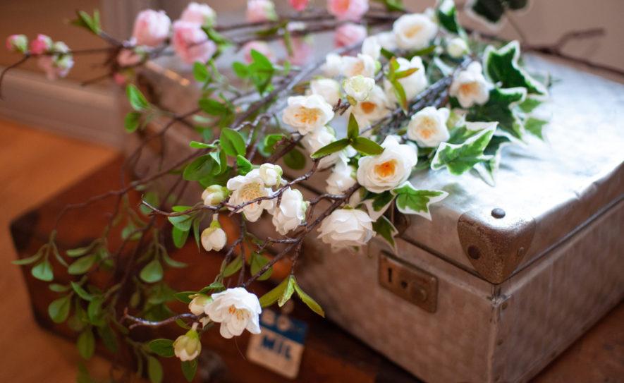 Fleurs sur un coffre ancien dans la chambre st amour du gite en beaujolais