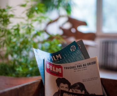 Magazines sur une table basse dans l'entrée du gite en dombes