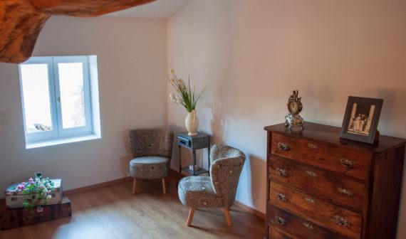 petit salon dans la chambre St Amour du gite en beaujolais