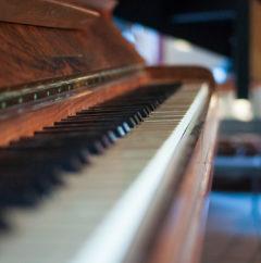Piano salon du gîte en dombes