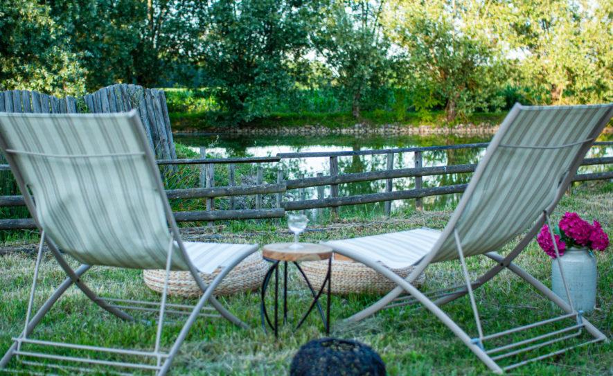 chaises longues au bord de l'étang