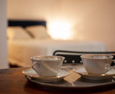 tasses sur petite table dans chambre st amour du gite en beaujolais